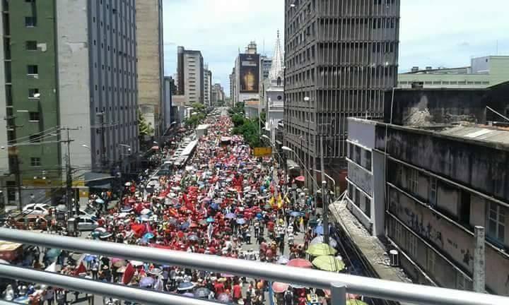 Centenas de pessoas protestam em Recife contra a reforma da previdência