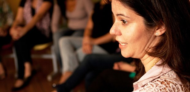 professora se reúne com os alunos para discutir os temas apresentados