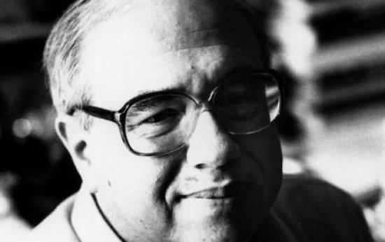 Foto em preto e branco do escritor, um senhor de cabelos brancos e óculos