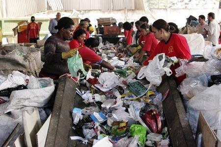Coletores trabalham na Coopere, uma cooperativa de materiais reaproveitáveis, no centro da cidade de São Paulo. Foto: Fernando Moraes/Veja SP
