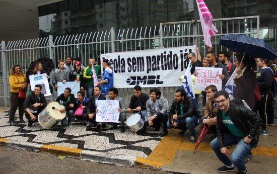 Manifestantes seguram faixas de apoio em frente a Câmara Municipal de São Paulo