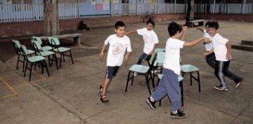 Crianças participam da dança das cadeiras no intervalo das atividades...