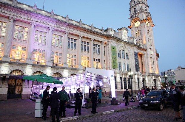 A entrada da Sala São Paulo, onde aconteceu a cerimônia do Prêmio Victor Civita, foi adornada com um túnel com as fotos de todos os Educadores Nota 10