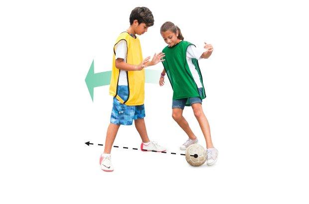 Caneta é o nome do drible em que o jogador passa a bola entre as pernas do adversário e corre para buscá-la novamente
