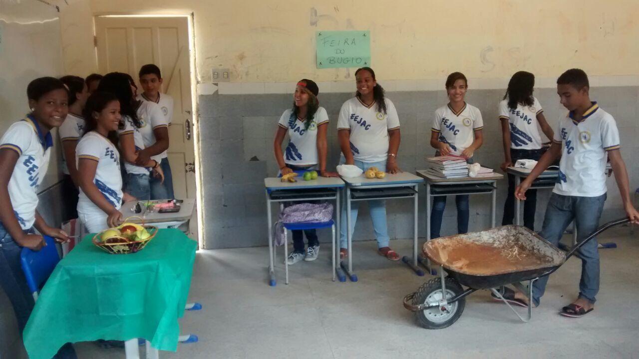 Alunos de Paloma Silva Santos encenam uma feira livre em sala de aula