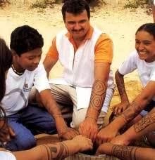 Pedro e os alunos: desenhos com jenipapo iguais aos índios