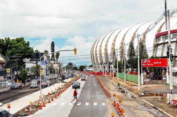 Porto Alegre. As intervenções urbanas em Porto Alegre incluem, ainda, a construção de pontes e viadutos e o alargamento de vias próximas ao estádio, como a Avenida Edvaldo Pereira Paiva, a Beira-Rio, que vai ser duplicada. O objetivo é aliviar o fluxo intenso de automóveis durante os jogos. Foto: Anselmo Cunha.
