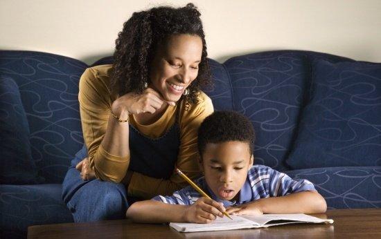 Como os pais e responsáveis podem ajudar as crianças nas lições de casa?