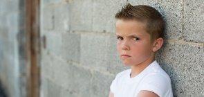 Menino com expressão zangada