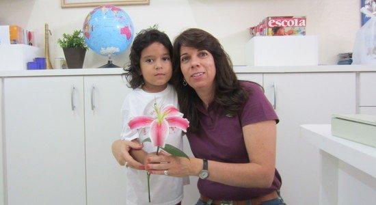 Na foto, Leninha Ruiz e Pedro, um aluno da EMEI Maria Alice Pasquarelli (Foto: Arquivo pessoal)