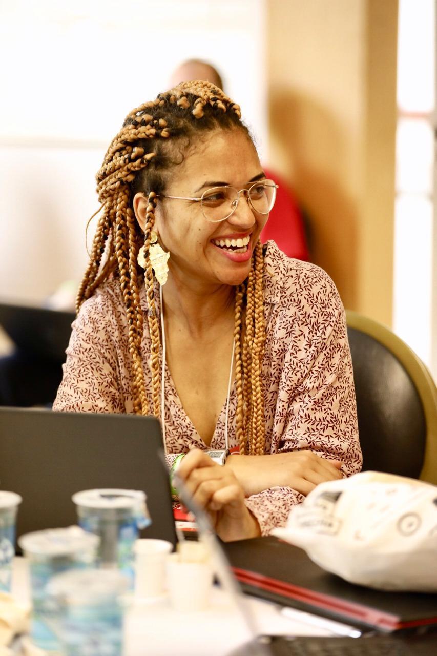 Sherol Santos sorri durante Virada de Autores
