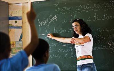 REVISÃO COLETIVA Na EM Bernardo Ferreira Guimarães, a turma analisa a pontuação na produção dos colegas. (Fotos: João Marcos Rosa/Agência Nitro)