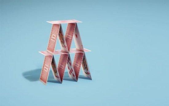 Um castelo simples montado de cartas de baralho.
