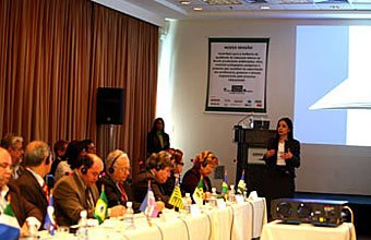 Mona apresenta os dados para a platéia atenta de secretários. Foto: Kriz Knack
