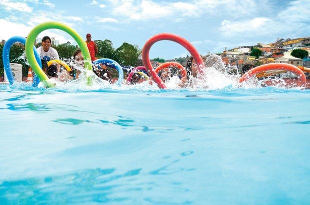 Na piscina, Jacqueline levou as crianças a vivenciar movimentos da hidroginástica. Manuela Novais