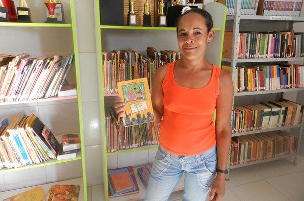 <em>Achei muito boa a iniciativa da escola em matricular os pais dos alunos da Educação Infantil na biblioteca. Fiz a carteirinha e os livros que eu pego leio para mim, para meu marido e para os meus filhos. Às vezes, eu pego o mesmo livro mais de uma vez, pois eles me pedem para ler novamente.</em> Marialene de Jesus Santos, moradora da comunidade de Queimada I, na zona rural de Iraquara, Bahia. Arquivo pessoal/EM Anísio de Souza Marques