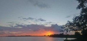 Vista do lago que banha o município de Viana, no Maranhão, ao por do sol