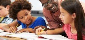 Como a tutoria de estudantes e funcionários criou uma escola democrática