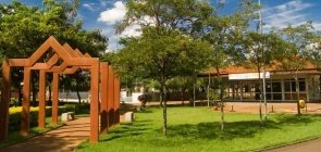 Área verde com quiosque e gazebo