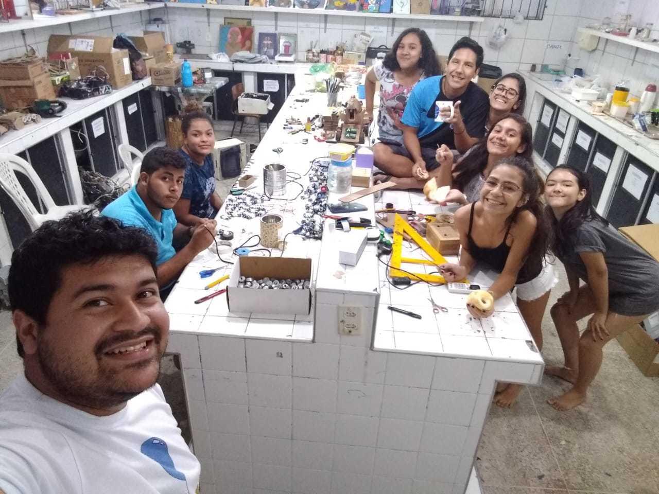 Alunos da E.E.F.M. Dom Helder Câmara, em Fortaleza, no espaço onde produzem robôs com materiais reciclados