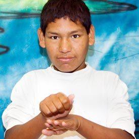 Aluno da Escola Indígena de Educação Básica Cacique Vanhkre usando a linguagem dos sinais. Foto: Edu Lyra