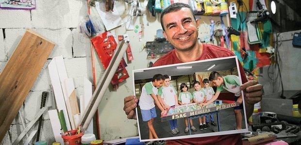 Souza e a turma em fila para jogar o peteleco, que ele construiu com material reaproveitado. Fotos: Manuela Novais