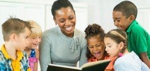 Professora lendo para alunos