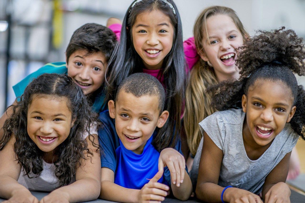 Crianças reunidas sorrindo