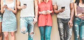 Jovens usam smartphone