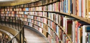 Livros enchem as prateleiras da biblioteca