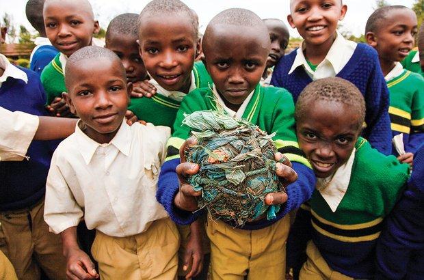 Os meninos de Moshi, na Tanzânia, fizeram uma bola com resíduos coletados na escola. Caio Vilela
