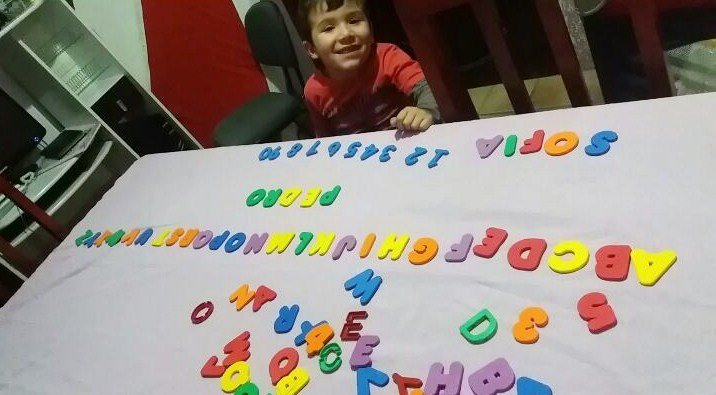 Criança de quatro anos e o alfabeto