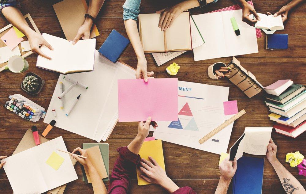 https://nova-escola-producao.s3.amazonaws.com/M2RHGD7gaVrArwjhQARejQ7zv7uMGrsmZjWBH82XPvxnqXbAaEaq9aSSbgXM/brainstorming-postit-reuniao-inovacao-inovadora-brainstorm-encontro.jpg