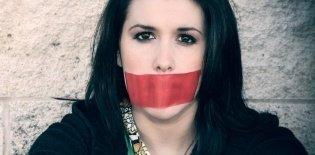 Mulher com mordaça na boca censura