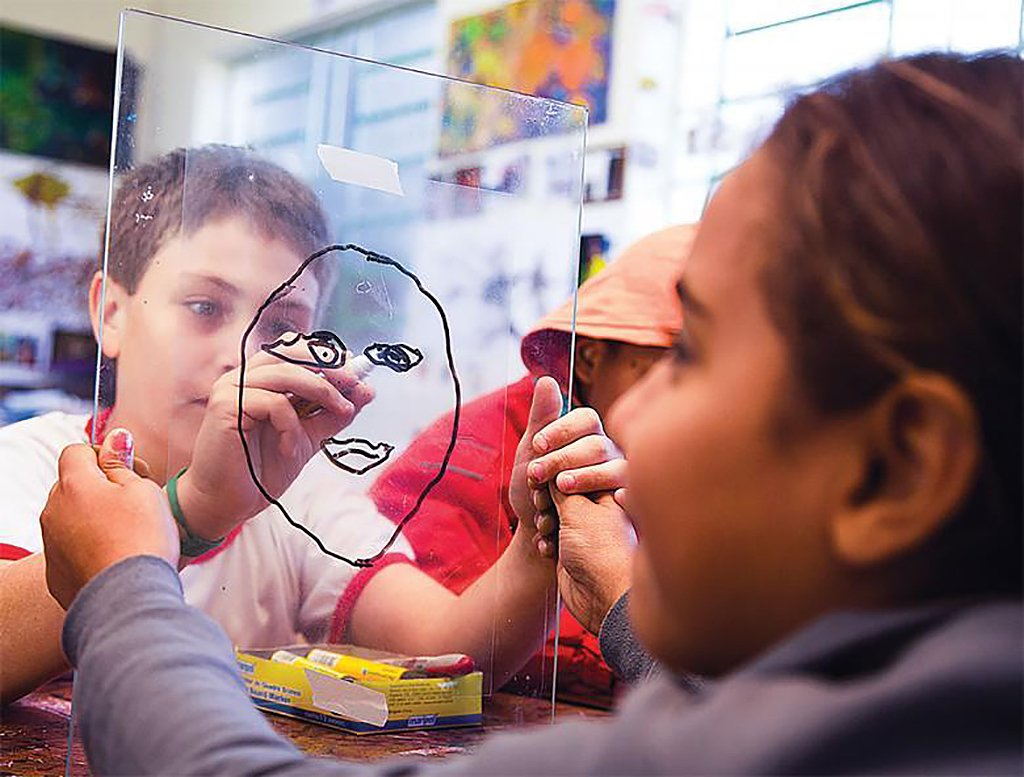 Alunos do projeto premiado de Maria da Paz desenham usando o próprio rosto