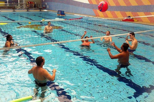 Entre as atividades dentro d?água, foram realizadas partidas de vôlei. Com essa prática, a turma pôde sentir como é se mover em um ambiente líquido e trabalhar a percepção do corpo no espaço. Fernando Frazão