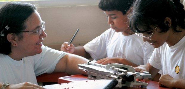 Taila de Oliveira Aguiar, deficiente visual, aluna da Escola Básica Luiz Cândido da Luz durante aula de Braile no contraturno Crédito: Nova Escola