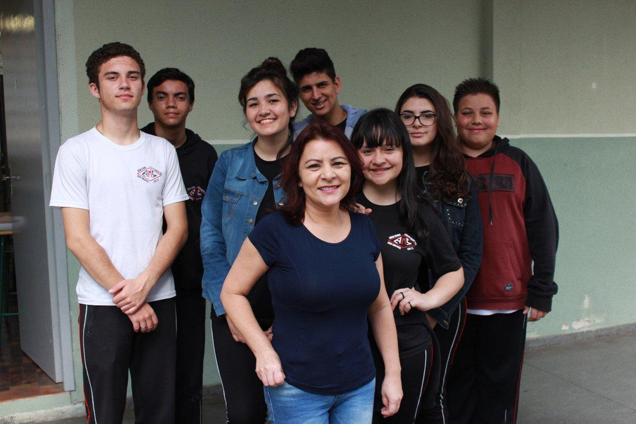 A professora Gislaine Carla Waltrik e seus alunos