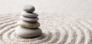 Pedras equilibradas em um ambiente de tranquilidade e bem-estar