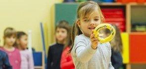 Crianças brincam com argolas na sala de aula