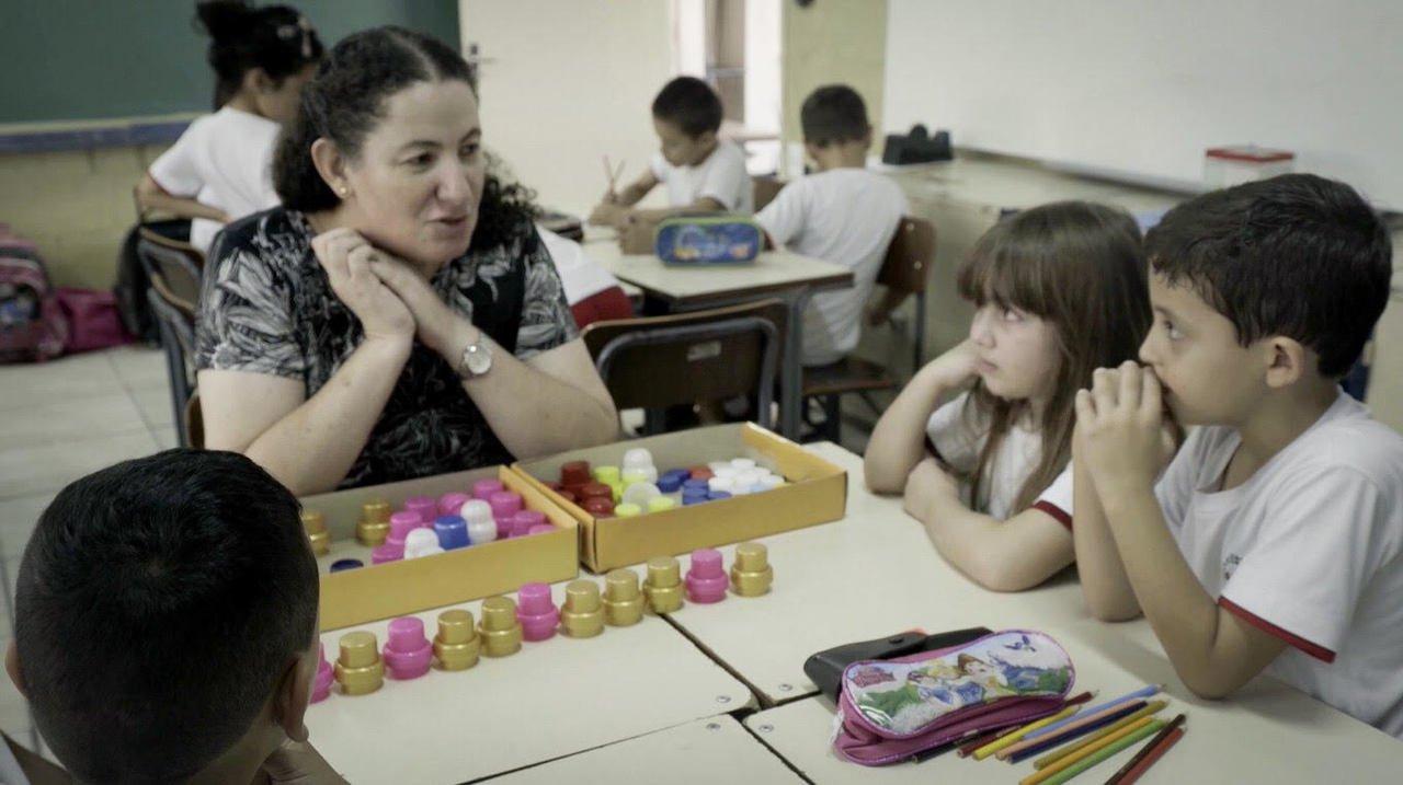 A professora Mara Mansani durante aula no 1º ano da EE Professora Laila Galep Sacker, em Sorocaba (SP)