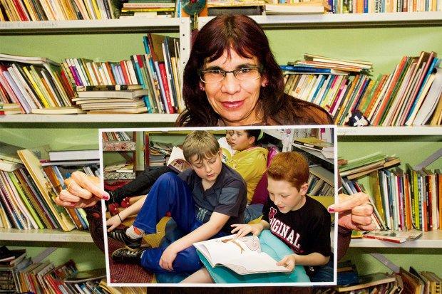 Lucélia Clarindo e as crianças do Bando da Leitura entre os mais de 3 mil livros disponíveis. Annelize Tozetto