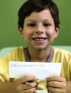 AVANÇO RÁPIDO: João Vitor estuda na EMEF Oscar Arantes, em Taboão da Serra, SP, tem 6 anos e já sabe escrever. Foto: Tatiana cardeal