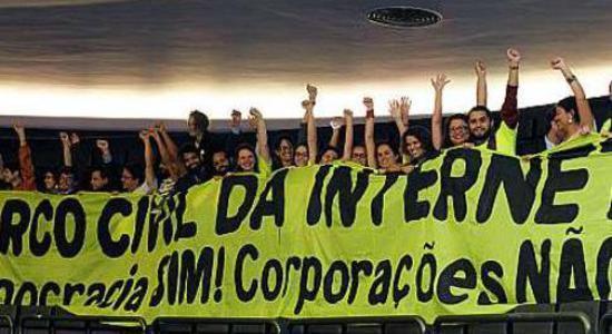 Militantes comemoram a aprovação do Marco Civil da Internet na Câmara dos Deputados (Foto: Luis Macedo / Câmara dos Deputados)
