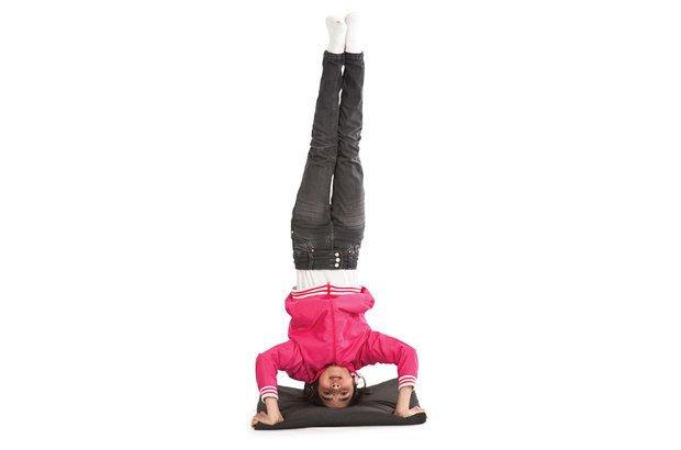Os estudantes fizeram a invertida sobre a cabeça, que requer bastante equilíbrio. Manuela Novais