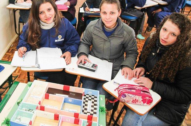 Luciane <em>(no centro)</em> tem ajuda da intérprete de libras <em>(à direita)</em> para atuar como monitora. Manuela Novais
