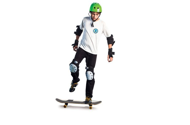 O aluno deve testar qual perna, na parte da frente do skate, dá mais equilíbrio ao corpo. Patrícia Stavis