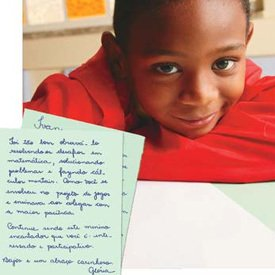 CARTA INDIVIDUAL Ivan recebe avaliação da professora, com a descrição de seus principais avanços. Foto: Gustavo Lourenção