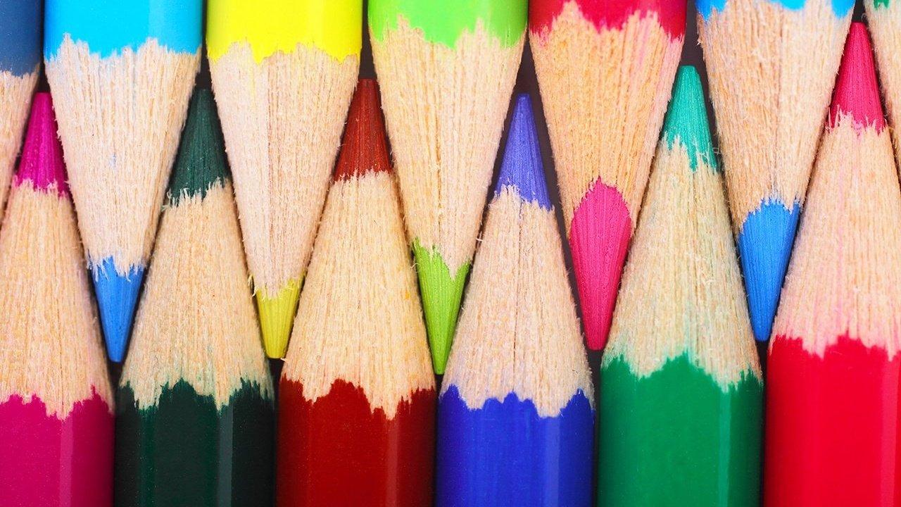Lápis de cor arranjados lado a lado