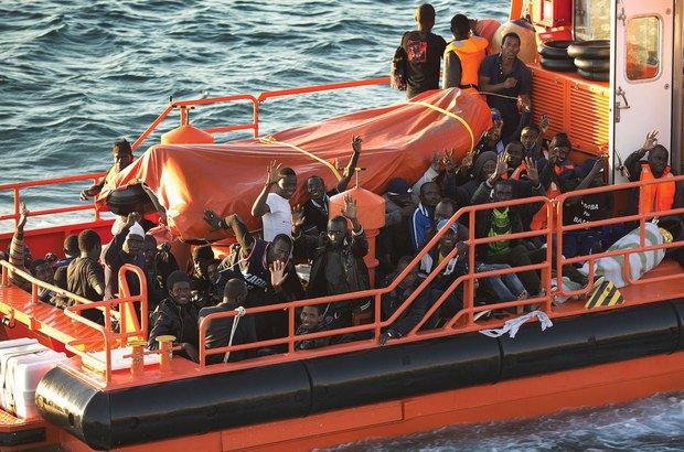 Imigrantes africanos interceptados por bote do governo espanhol ao chegar à costa do país. Getty Images/Sergio Camacho